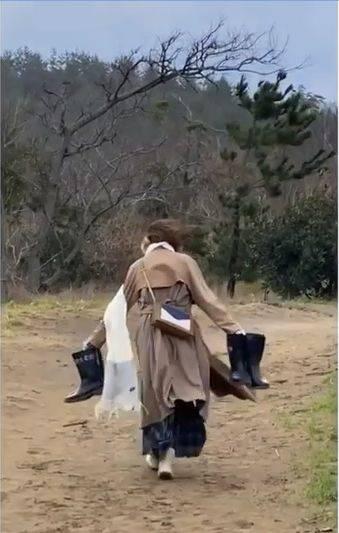 去鳥取沙丘取景,家旻繼續落力做打雜,狂風下幫手攞水靴。