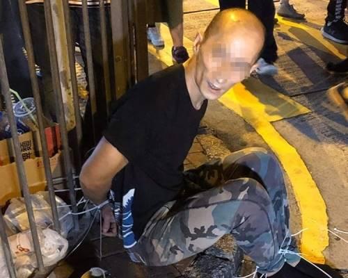 鄧忠濠當晚偷手機後被綁燈柱。「巴打絲打 Facebook Club」FB圖片