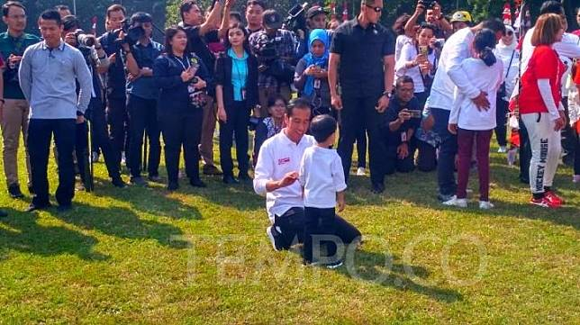 Cucu Presiden Joko Widodo Jan Ethes, menolak ikut bermain balap makan kerupuk, saat family gathering Kabinet Kerja, di Istana Kepresidenan Bogor, Ahad pagi, 4 Agustus 2019. Tempo/Egi Adyatama
