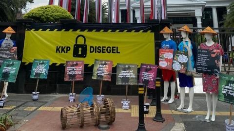 KIARA Segel Kantor KKP, Protes Ekspor Benih Lobster dan Penggunaan Cantrang