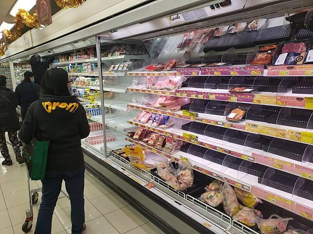 市民到超市購買食品及日用品