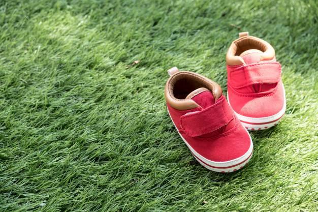Kapan Waktu yang Tepat Memakaikan Sepatu Bayi?