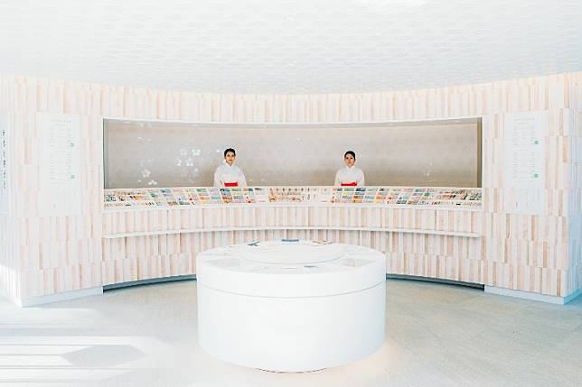 神社內充滿時代感的授與神符與御守的社務所,是由世界知名的建築設計師片山正通親手設計。(互聯網)
