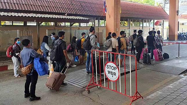 ยอดคนไทยตกค้างบ่อนปอยเปตเข้าสระแก้วกว่า 1,100 คน สั่งเพิ่มปิดห้าง-ร้านสะดวกซื้อ 4 ทุ่มถึงตี 4