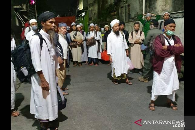 Jemaah Masjid Kebun Jeruk mulai dipindahkan ke RS Wisma Atlet