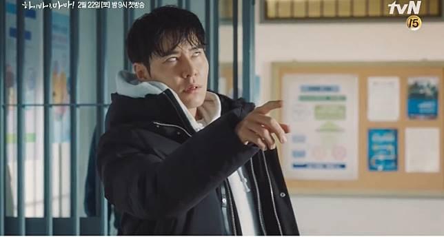 李奎炯趕到警署,見到原本已離世的老婆返生,即嚇到反白眼,當場暈低!