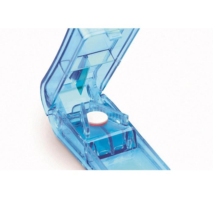 產品特色:◆ 人因結構設計◆ 專屬存藥凹構◆ 專利藥屑收集盤◆ 商品全新未拆封 品質有保證◆ 人因流線型一體設計 好拿好切產品規格:◆ 尺寸:9cm x 4cm x 3cm◆ 材質:PS◆ 顏色:藍◆