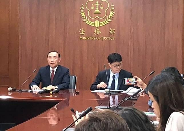 蔡清祥(左一)認為案件應由香港優先處理。(互聯網)