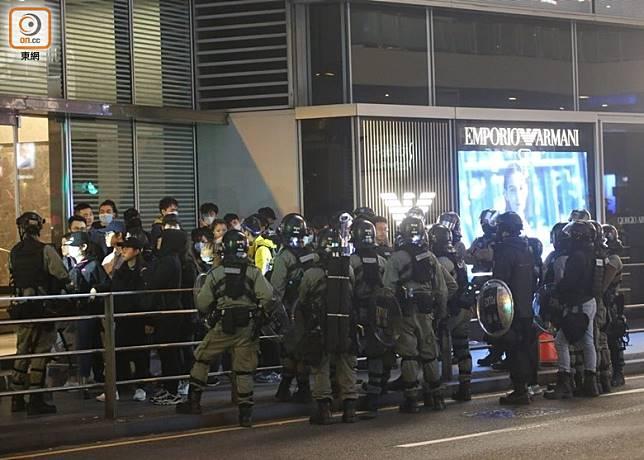 入夜後,警方持續在中環截查多名黑色衣裝人士。(李華輝攝)
