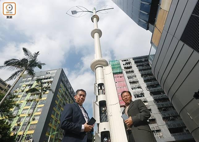 政府正在各區分階段增設智慧燈柱。(何天成攝)