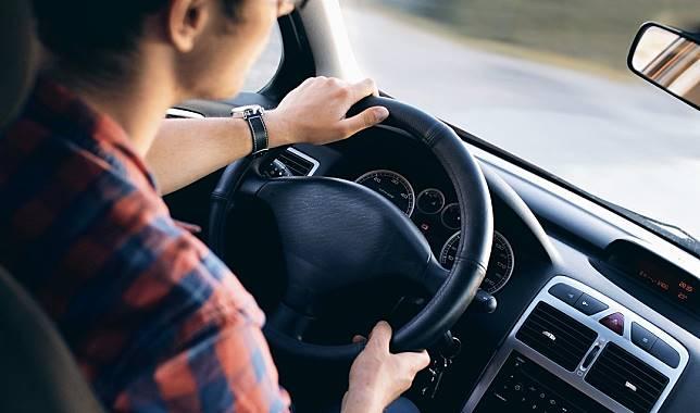 ▲單身男砸70萬買車把妹,網虧:「人帥坐公車也能追。」(圖/翻攝自pixabay)