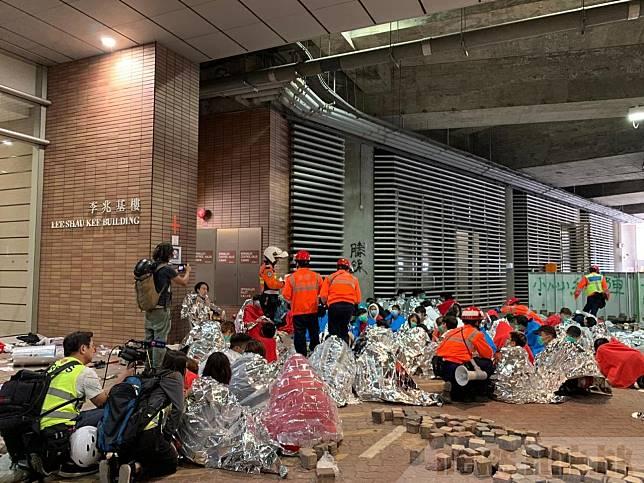 警方表示截至晚上,有約800人自願從理工大學離開,當中近300人未滿18歲。(港台圖片)