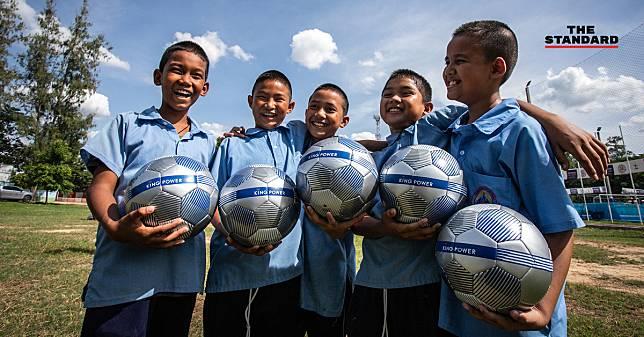 คิง เพาเวอร์ ลุยแจกลูกฟุตบอล 'ล้านลูก ล้านพลัง สร้างฝันเด็กไทย' ปีที่ 4 ที่นครปฐม