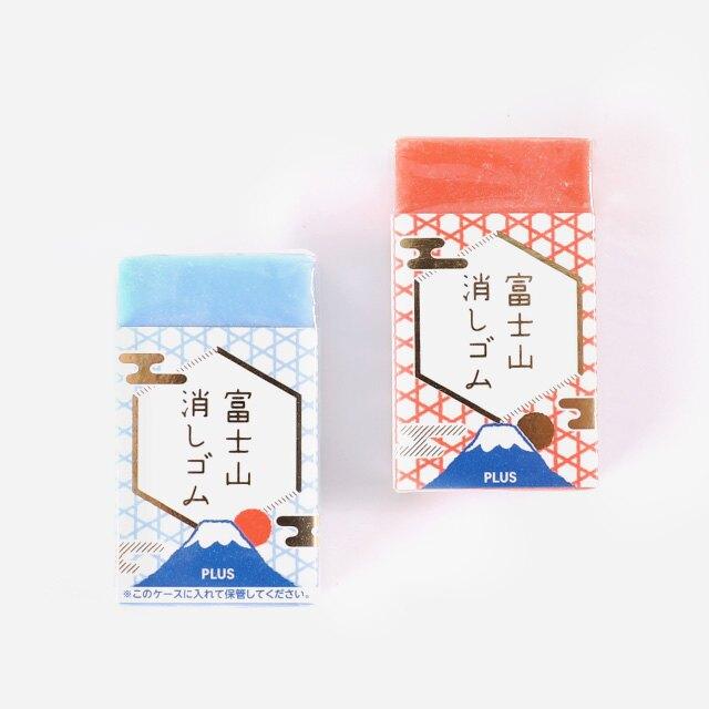 日本Plus 經典橡皮擦 Air-in系列,擦拭潔淨力佳,空氣微囊設計輕盈易擦。雙色夾心樹脂結構,使用橡皮擦左右擦拭一段時間後,橡皮擦便會逐漸削成一座雪白山頭的富士山形狀。讓擦拭也充滿趣味!共推出青富士、赤富士兩款顏色,各搭配五種金箔點綴的和風紋理紙套(顏色及款式隨機出貨),充滿日式風格。