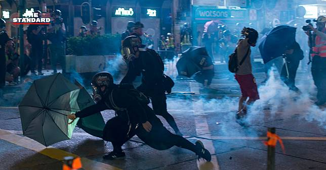 ประท้วงฮ่องกงระอุ ตำรวจเปิดฉากยิงแก๊สน้ำตาสกัดม็อบฝืนคำสั่ง ทำลายข้าวของเสียหาย เหตุผู้ชุมนุมบางส่วนถูกลอบทำร้าย
