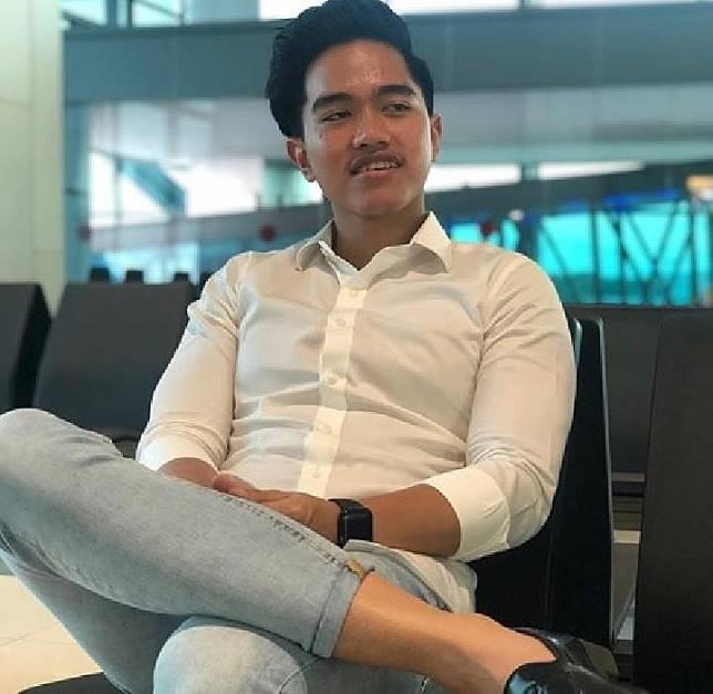 Kaesang Pangarep mengenakan jeans dan kemeja putih (Instagram @kaesangp).jpg
