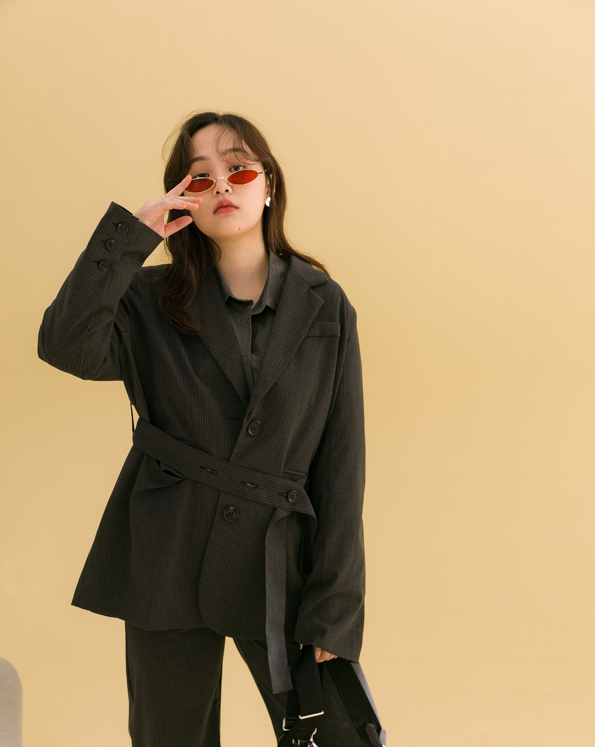 霧面質感西裝面料/附腰帶可自行綁出造型/有內裡/有口袋/有墊肩
