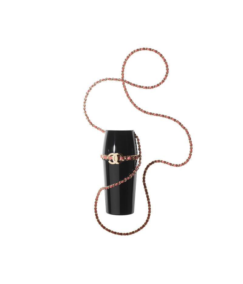Chanel黑色皮革金屬雙C LOGO珊瑚粉皮穿鍊口紅盒項鍊,售價NT$63,500