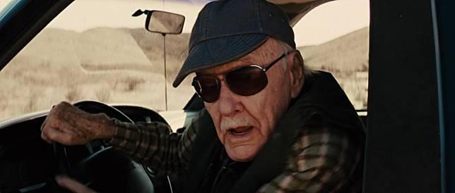 Stan Lee再任車手,一句「Make love, not war!」反映大師心態。(互聯網)