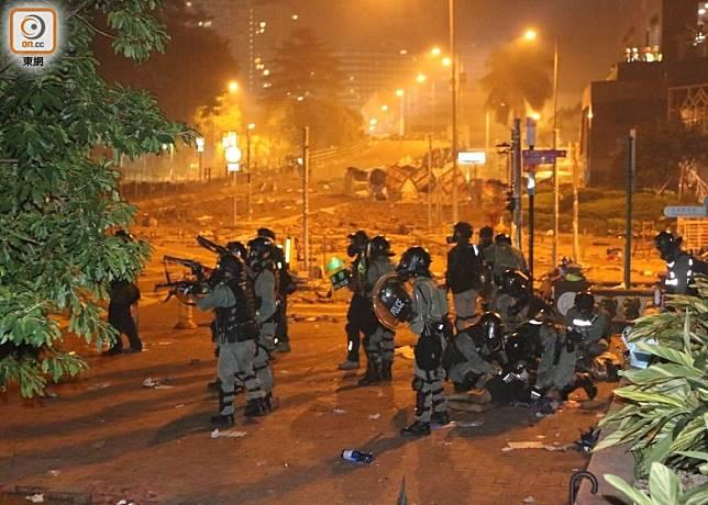警方在理工外拘捕示威者。(余宏基攝)