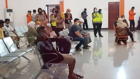 Foto: Haru, Keluarga Penumpang Sriwijaya Air SJ-182 Menunggu di Bandara Supadio (3)