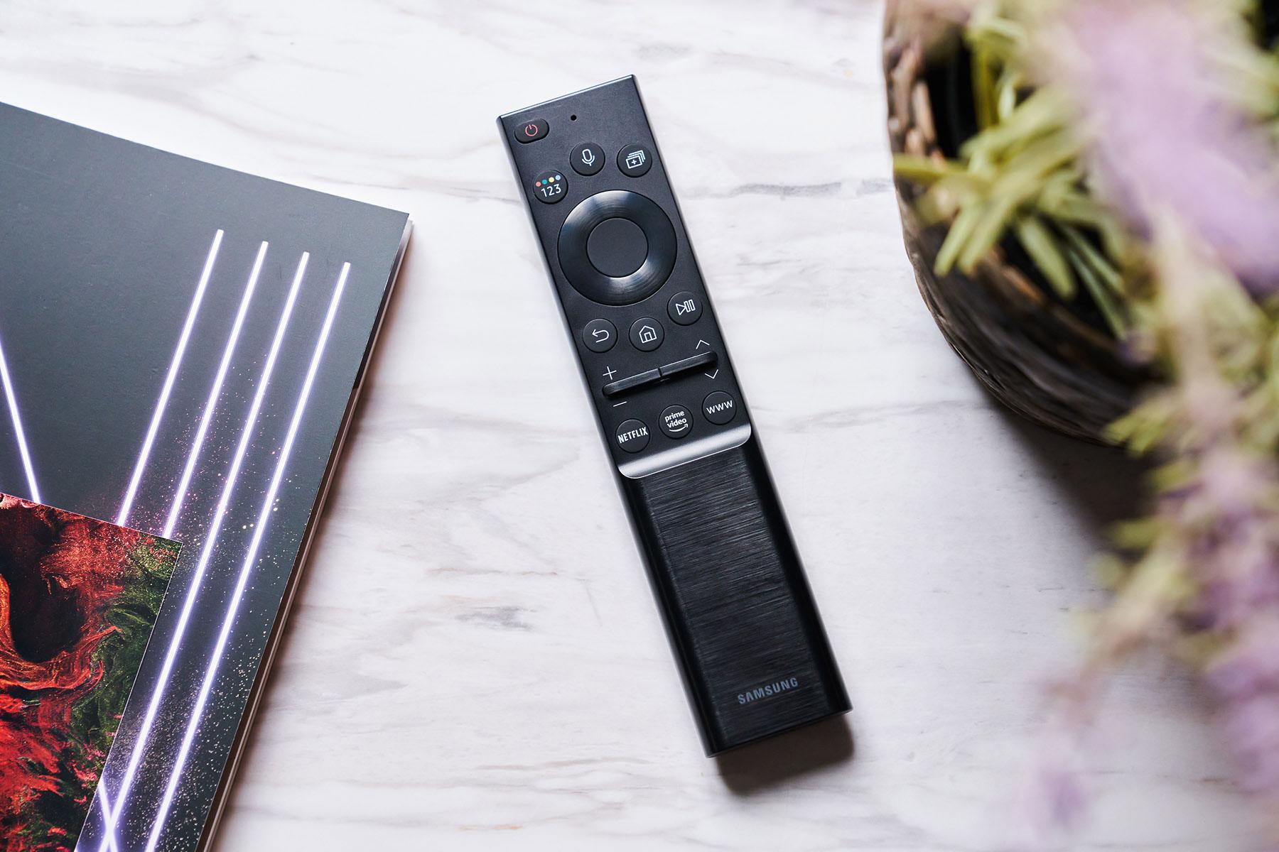 為了減少一次性電池的使用,Neo QLED 8K 量子電視的遙控器設計了太陽能與 Type C 兩種充電方式,可以看到遙控器背面上半部配置了太陽能板,透過日光或室內燈光,都能進行充電。