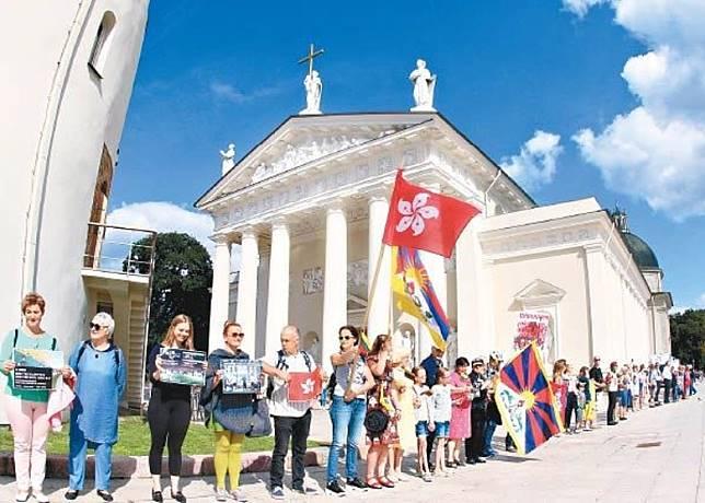 立陶宛維爾紐斯早前有民眾聚集,築起人鏈。(法新社圖片)