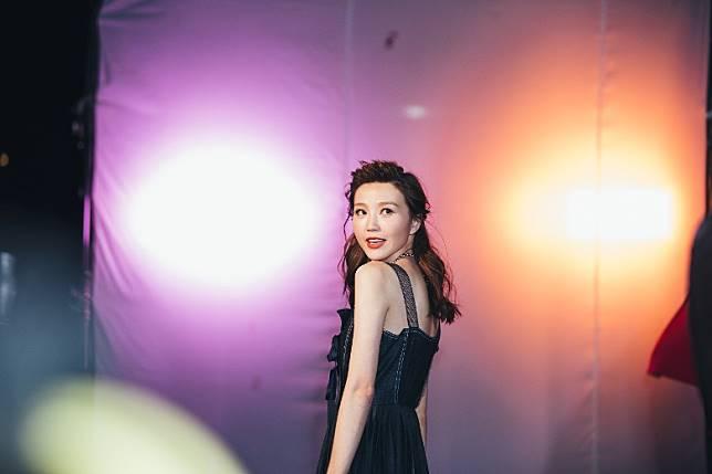 Jinny今次係拍《多功能老婆》插曲《每段愛還是錯》嘅MV。