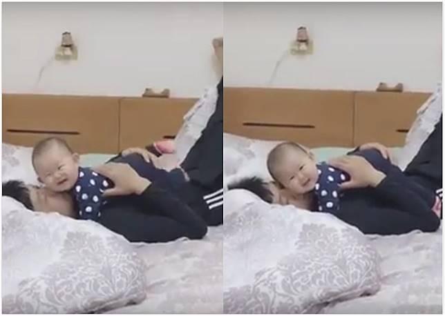 ▲一名父親躺在床上,和小女嬰甜蜜相擁,下一秒女嬰竟轉頭吐奶,奶水直接落入父親眼中。(圖/翻攝自爆廢公社)