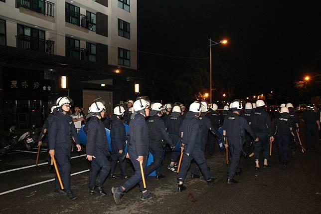 台中市因疑似虐童案衍生的警民衝突一度動用鎮爆警察到場。記者黃寅/攝影