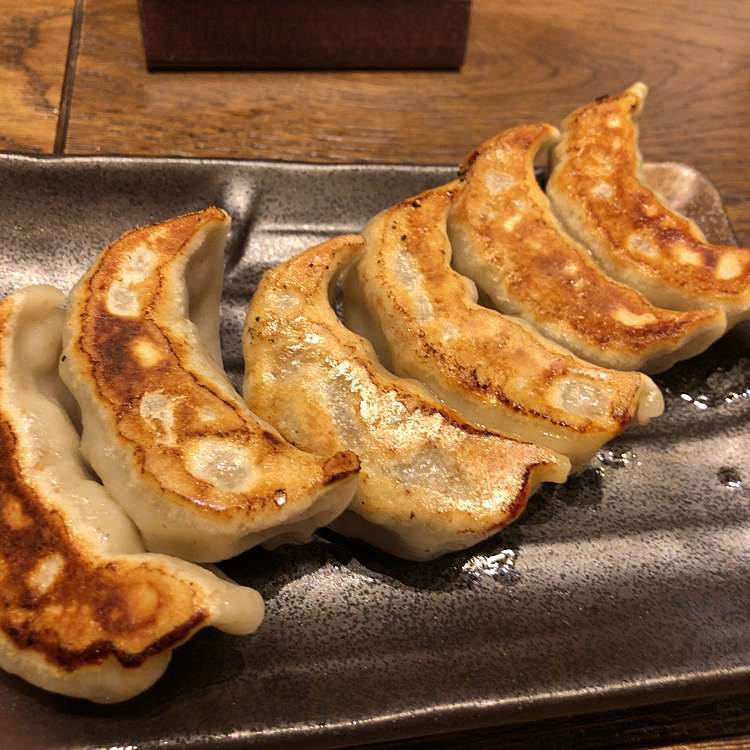 新宿区周辺で多くのユーザーに人気が高い餃子肉汁餃子製作所ダンダダン酒場 新宿三丁目店の焼き餃子の写真