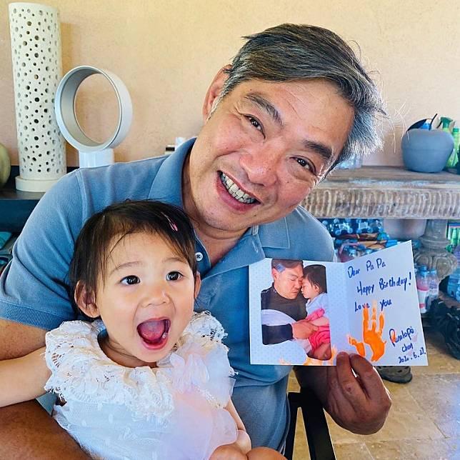 曾文豪收到太太與囡囡親手製作的生日卡。