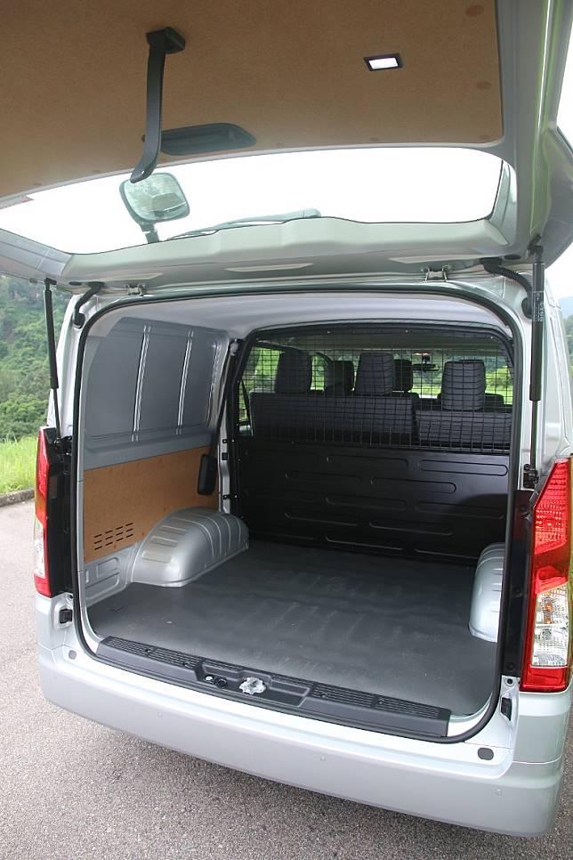 尾箱闊度達到1,750mm、高度為1,290mm。在6座位的布局下,深度則為1,420mm。車主可選擇6座位或3座位的布局。