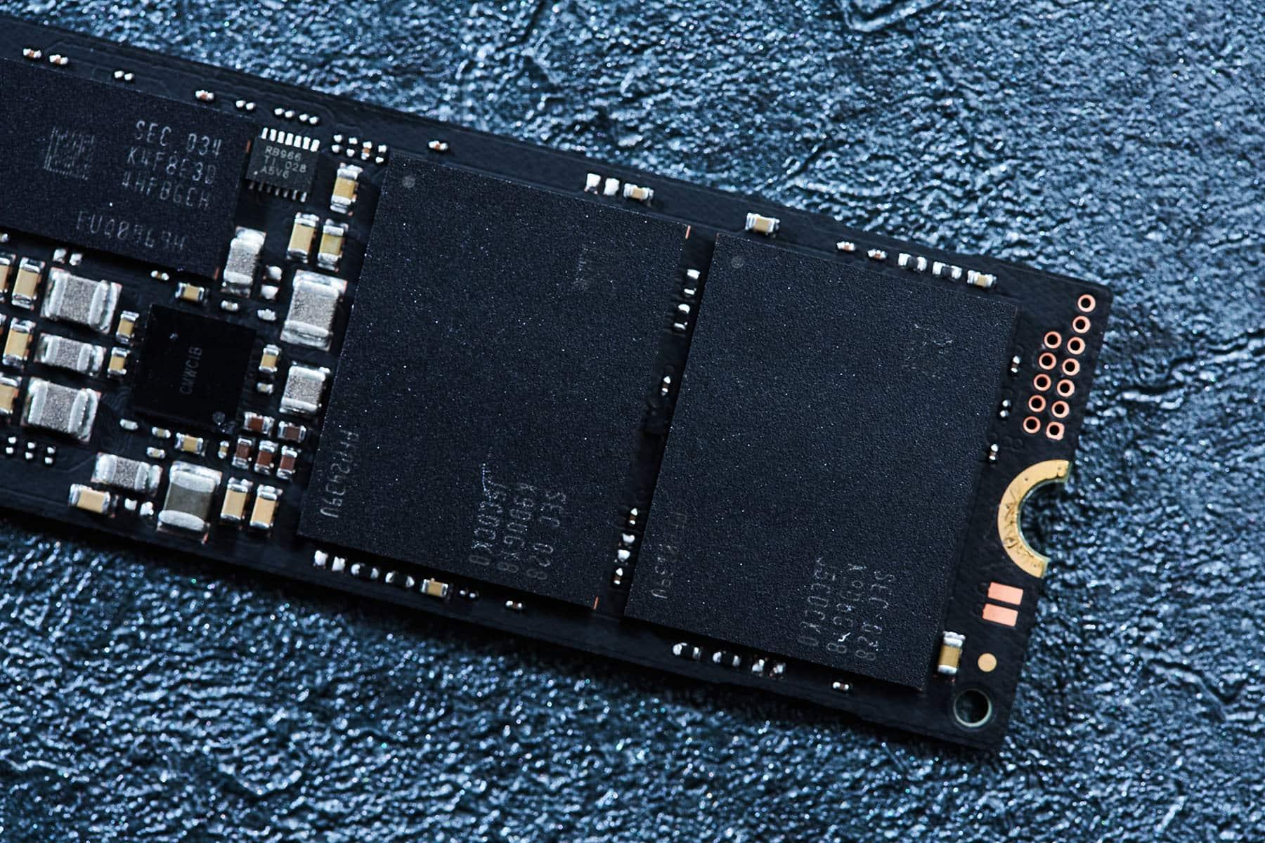 Samsung 980 PRO 搭載三星 V-NAND 技術的快閃記憶體晶片,此次受測的規格為 1TB 版本,因此單一封裝晶片的容量為 512 GB。