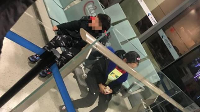男童(左)因發燒登機被拒,一度被父母丟在包機場。(圖/翻攝自不羞zxp微博)