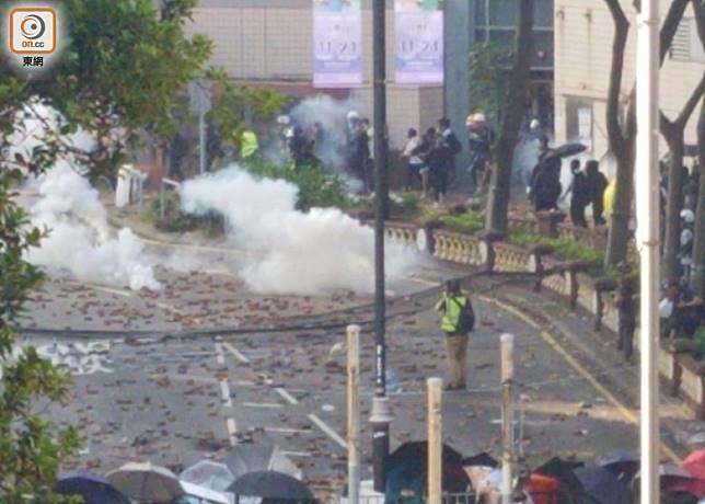 警方隨即在科學館道暢運道交界施放催淚彈。(李浮南攝)