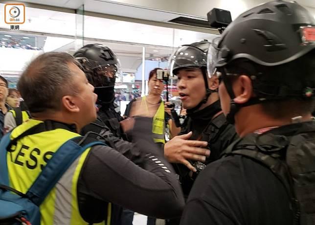 上月大埔超級城衝突期間,有在場記者與警員發生爭執。