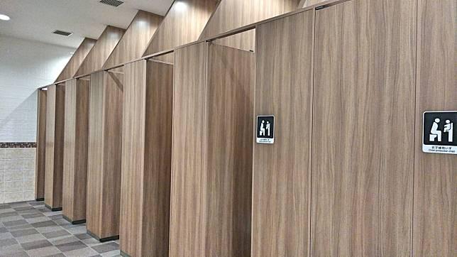 ▲一名男子發現公廁的蹲式馬桶有貼心設計,開心發文分享。(示意圖,非當事畫面/取自photoAC)