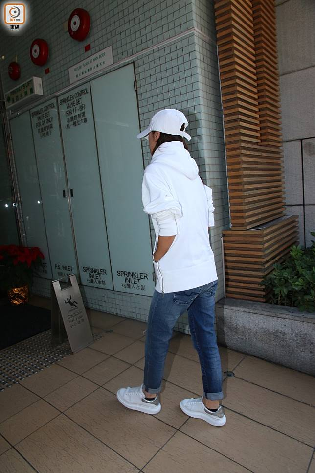 阿妹返香港唔係應該開心咩?