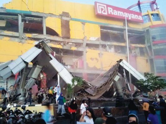 Bangunan pusat perbelanjaan runtuh akibat gempa di Palu, Sulteng