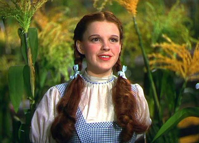 Dipakai oleh Judy Garland, seorang aktris terkenal saat film masih putih abu-abu