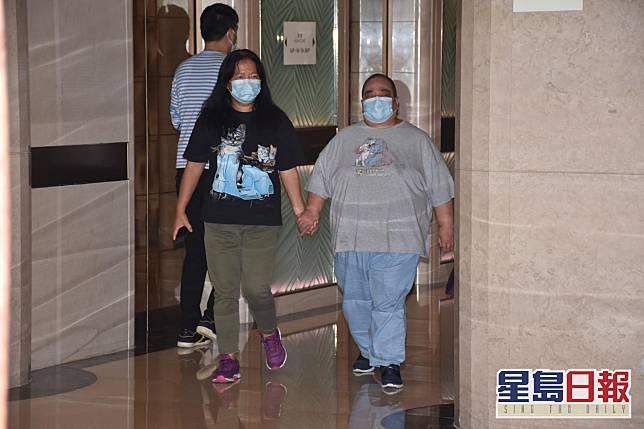 元配黎婉華孻女何超雄於下午4時許離開醫院。