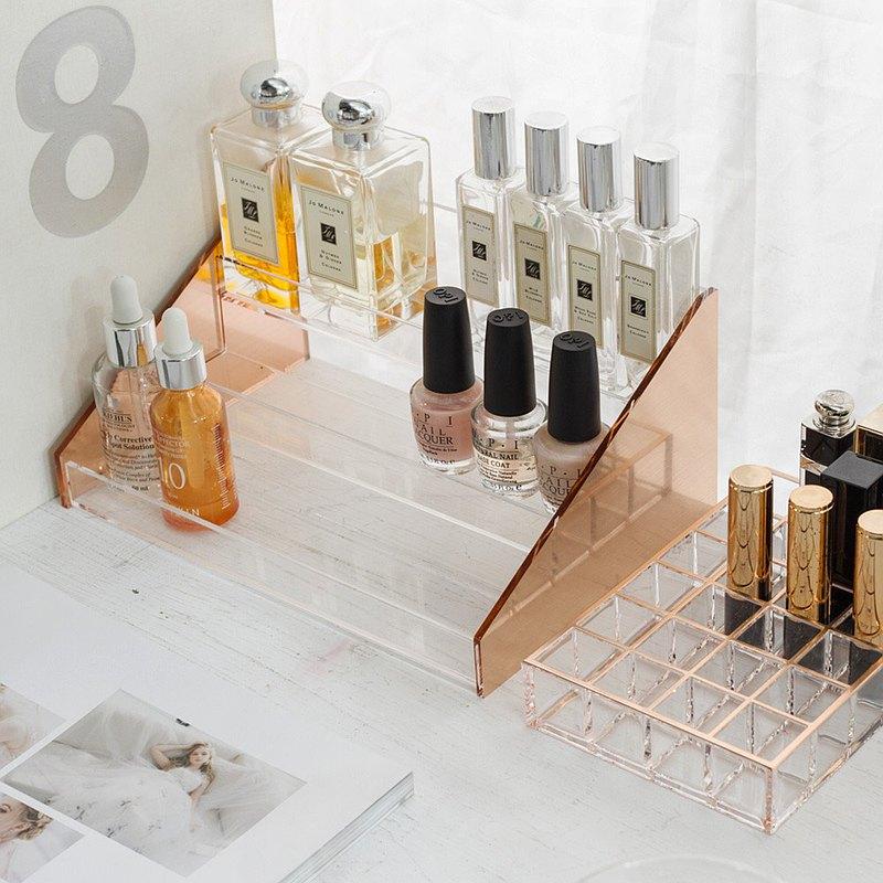 香氛香水、口紅唇膏控的桌面救星——用質感的寧和玫瑰金,把最愛的氣味與色號通通陳列出來吧!