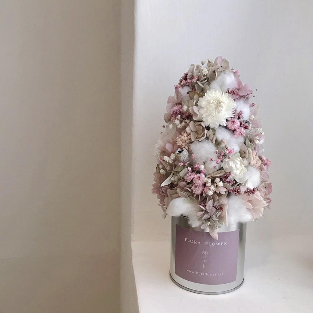自有品牌: Floraflwoer✔️商品尺寸 及 內容寬約 15 cm 長度約 27 cm棉花 法國白梅 永生葉材 每年聖誕節必備的聖誕樹今年的款式很可愛唷!!是交換禮物的好選擇✔️照顧方式盡量避免