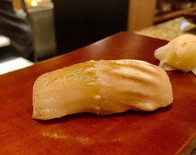 右口魚邊壽司,油分重,入口濃郁甘香,質地軟綿。(作者提供)