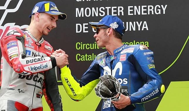 Jorge Lorenzo dapat ucapan selamat dari Valentino Rossi saat meraih kemenangan keduanya untuk tim Ducati di MotoGP Catalunya 2018