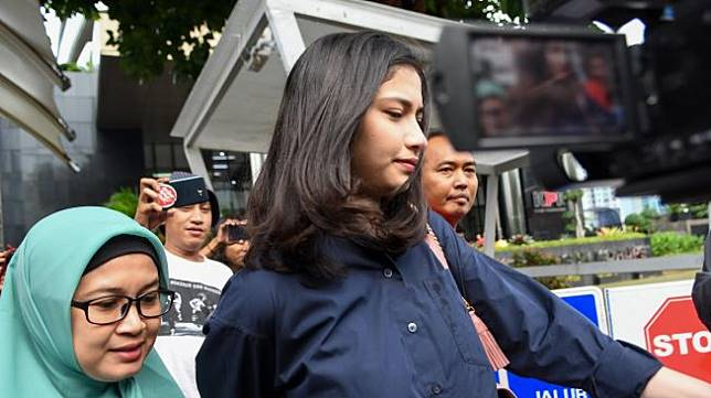Artis Faye Nicole Jones (kedua kiri) berjalan meninggalkan ruangan usai menjalani pemeriksaan di gedung KPK, jakarta, Jumat (24/01). [ANTARA FOTO/M Risyal Hidayat]