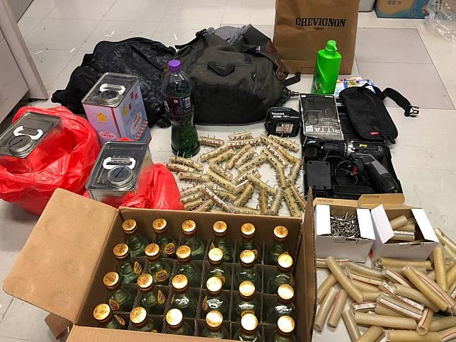 警方行動中檢獲一批物品。網圖