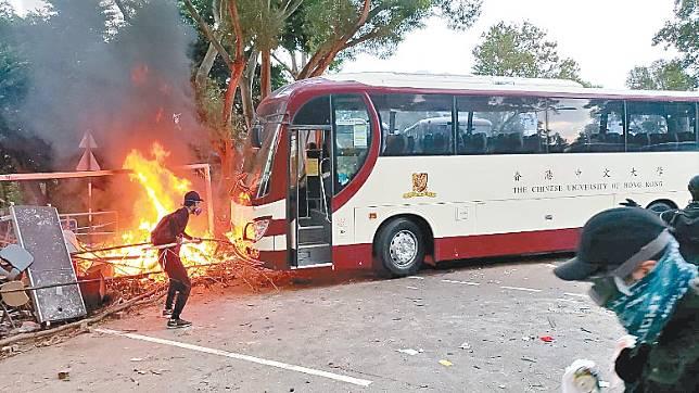 示威者搬來校巴堵路,企圖火燒校巴。