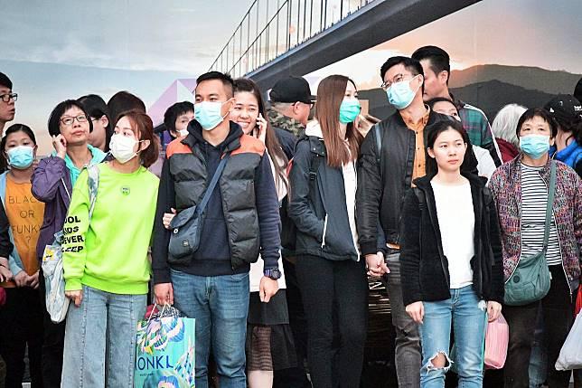 香港出現新型肺炎個案,市民外出多戴上口罩防預。